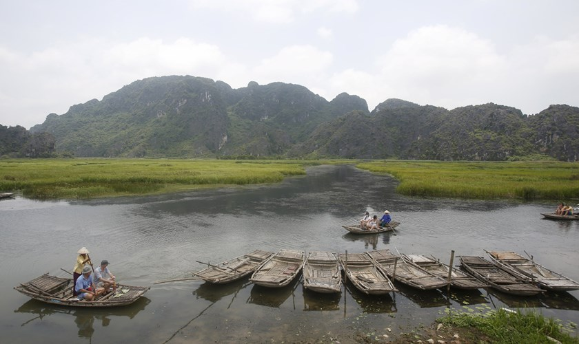 Foreign tourists travel on bamboo boats at the Van Long natural reserve, Vietnam's largest natural reserve of wetland, in Ninh Binh province, May 13, 2015. Photo: Reuters